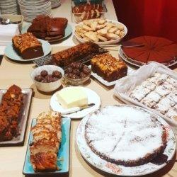 Tijdens de condoleance zijn er heel veel taarten en koekjes die door de hele familie gemaakt zijn.