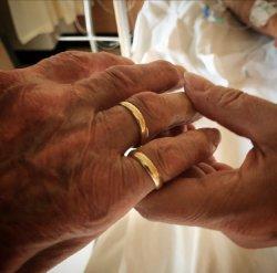 Haar trouwring verhuist naar zijn vinger.